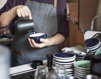 Barista Przygotowywa Kawowego Pracującego rozkazu pojęcie zdjęcia stock