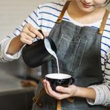 Barista Przygotowywa Kawowego Pracującego rozkazu pojęcie zdjęcie stock