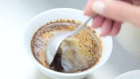 Barista que faz a café ascendente próximo vídeos de arquivo