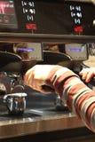 Barista que faz o café ou o café de alta qualidade fotos de stock royalty free