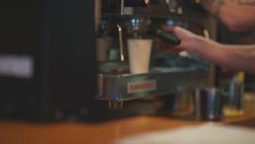 Barista que faz o café usando a máquina de café hipster Fazendo o café vídeos de arquivo