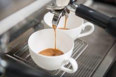 Barista que faz seu café Fotografia de Stock Royalty Free