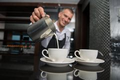 Barista que faz seu café Foto de Stock Royalty Free