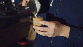 Barista que hace el café del arte del latte 4K almacen de metraje de vídeo