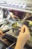Barista que hace el café en el café con la máquina del café primer Imagenes de archivo