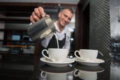 Barista que hace su café Foto de archivo libre de regalías