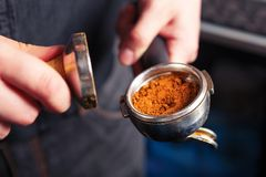 Barista que hace un café del café express Foto de archivo libre de regalías