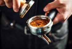 Barista que hace un café del café express Imágenes de archivo libres de regalías