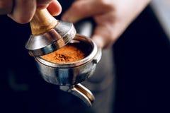 Barista que hace un café del café express fotos de archivo