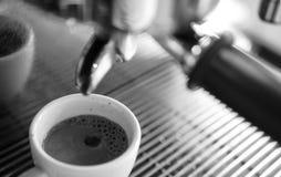 Barista que hace una taza del café s Fotos de archivo