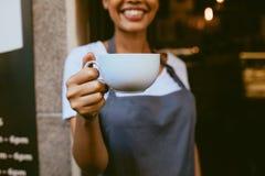 Barista que oferece um café foto de stock royalty free