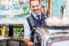 Barista que prepara el café o el café express en barra del café Imagen de archivo libre de regalías