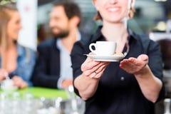 Barista que presenta el café express en café fotografía de archivo