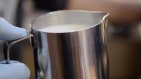 Barista robi cappuccino zakończeniu HD zdjęcie wideo