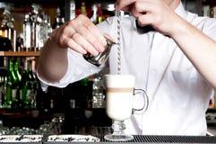 Barista robi latte. Fotografia Stock