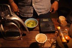 Barista robi zielona herbata składnikowi dla zielonej herbaty latte zdjęcia royalty free
