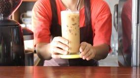 Barista Serving Fresh Brew med is kaffe arkivfilmer