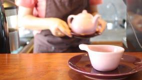 Barista Serving Hot Tea mit keramischem Topf stock footage
