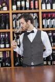 Barista Smelling Red Wine al contatore Fotografia Stock Libera da Diritti