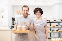Barista som bryggar utmärkt kaffe arkivbild