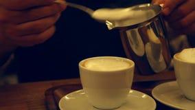 Barista som förbereder cappuccino lager videofilmer