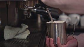 Barista som förbereder cappuccino på kaffemaskinen Royaltyfri Bild