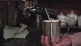 Barista som förbereder cappuccino på kaffemaskinen Fotografering för Bildbyråer