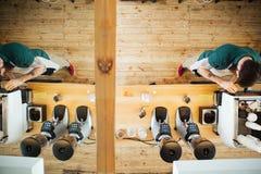 Barista som förbereder kaffe Arkivbild