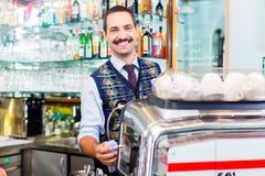 Barista som förbereder kaffe eller espresso i kaféstång Fotografering för Bildbyråer