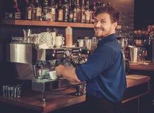 Barista som förbereder koppen kaffe för kund i coffee shop royaltyfria foton