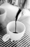 Barista som gör en kopp kaffe s arkivbild
