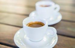 Barista som gör en kopp kaffe s royaltyfria foton