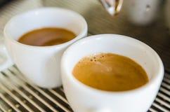 Barista som gör en kopp kaffe s royaltyfri fotografi
