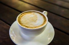 Barista som gör en kopp kaffe s Royaltyfri Foto