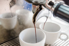 Barista som gör en kopp kaffe s fotografering för bildbyråer