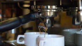 Barista som gör kaffe stock video