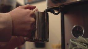 Barista som gör kaffe Arkivbilder