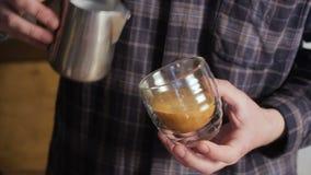 Barista som gör kaffelattekonst Att hälla mjölkar in i cappuccino stock video
