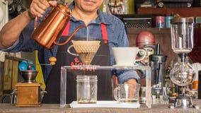 Barista som gör koppen kaffe Royaltyfria Foton