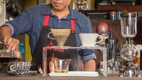 Barista som gör koppen kaffe Arkivbilder