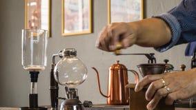 Barista som gör koppen kaffe Royaltyfri Bild