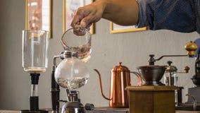 Barista som gör koppen kaffe Arkivfoto