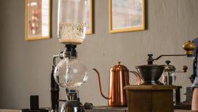 Barista som gör koppen kaffe Royaltyfri Foto