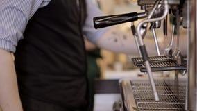 Barista som tamping plugghästkaffet för espresso ut lager videofilmer