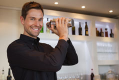 Barista sorridente che scuote cocktail Fotografia Stock