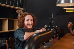Barista sorridente felice Stand At Counter, barista Waiting Order Serving, posto di lavoro del rubinetto della birra delle mani Immagine Stock