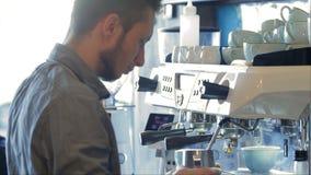 Barista sul lavoro in un caffè video d archivio