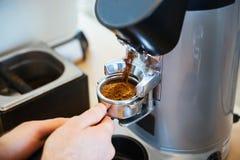 Barista Szlifierska kawa Zdjęcie Stock