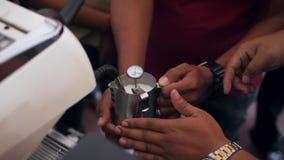 Barista Teaching How som ska värmas, mjölkar med den yrkesmässiga kaffemaskinen för cappuccino i Coffeeshop Cofeemaking Mastercla stock video