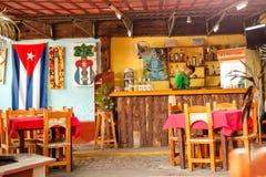 Barista in un ristorante della barra in Trinidad, Cuba Fotografia Stock Libera da Diritti